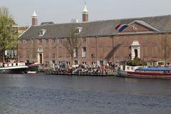 Touristen am Amsterdam-Einsiedlerei-Museum Stockfotos