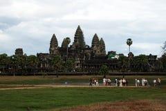 Touristen in Angkor Wat Stockbilder