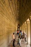 Touristen Angkor Wat am Tempel, Kambodscha Lizenzfreies Stockfoto