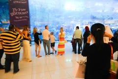 Touristen am Aquarium Dubai lizenzfreie stockbilder