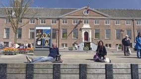Touristen außerhalb Amsterdam-Museums, Holland stockfotografie