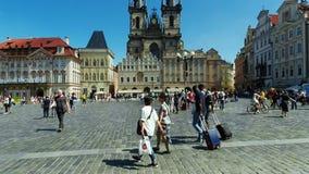 Touristen auf altem Marktplatz, Tyn-Kirche stock footage