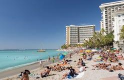 Touristen auf beschäftigtem Strand von Waikiki Lizenzfreie Stockbilder