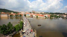 Touristen auf Charles Bridge, Prag stock footage