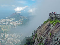 Touristen auf Corcovado-Berg stockfotos