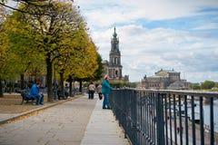 Touristen auf dem BrÃ-¼ hlsche Terrasse in Dresden Lizenzfreie Stockfotografie