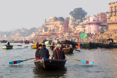 Touristen auf dem Ganges in Varanasi, Uttar Pradesh, Indien Stockfotografie