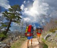 Touristen auf dem Marsch durch die Berge Stockbilder