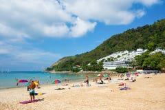 Touristen auf dem Nai Harn-Strand Stockfotos