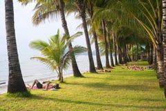 Touristen auf dem Strand Lizenzfreies Stockbild