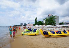 Touristen auf dem Strand Lizenzfreies Stockfoto