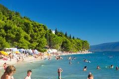 Touristen auf dem Strand in Gradac Stockfotografie