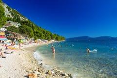 Touristen auf dem Strand in Gradac Lizenzfreie Stockfotos