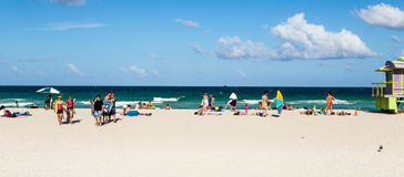 Touristen auf dem Strand im Südstrand Miami Lizenzfreie Stockbilder