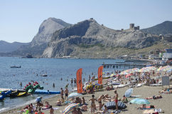 Touristen auf dem Strand in Sudak in der Krim Stockfotos