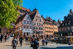 Touristen auf dem Tiergarten-Quadrat in Nurnberg stockfotos