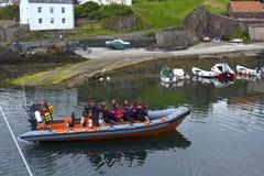 Touristen auf dem tripboat im Hafen und im Dorf an St. Abbs in Berwickshire, Schottland, 07 08 2015 Lizenzfreie Stockfotos