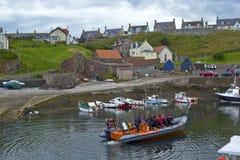 Touristen auf dem tripboat im Hafen und im Dorf an St. Abbs in Berwickshire, Schottland, 07 08 2015 Stockfotos