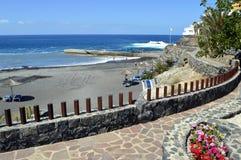 Touristen auf dem vulkanischen Sand auf Playa de Ajabo setzen auf den Strand Stockfotos