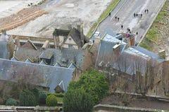 Touristen auf dem Weg zur Abtei von Mont Saint Michel. Stockbilder