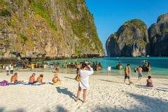 Touristen auf dem wunderbaren Mayastrand Stockbild