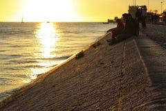 Touristen auf den Banken vom Tajo in Lissabon lizenzfreie stockfotos