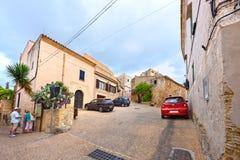 Touristen auf den Straßen des alten Dorfs Capdepera Insel Majorca, Spanien Stockfoto