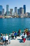 Touristen auf der Fähre, die Seattle sich nähert Stockfoto
