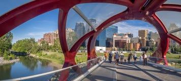 Touristen auf der Friedensbrücke Stockbild