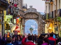 Touristen auf der Hauptstraße in Taormina, Sizilien, Italien Stockfoto