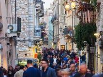 Touristen auf der Hauptstraße in Taormina, Sizilien, Italien Lizenzfreies Stockbild