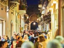 Touristen auf der Hauptstraße in Taormina, Sizilien, Italien Stockbilder