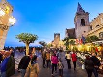 Touristen auf der Hauptstraße in Taormina, Sizilien, Italien Stockbild