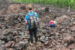 Touristen auf der Norddurchbruch großen Tolbachik-Spalt-Eruption im Kamchatka Stockfotografie