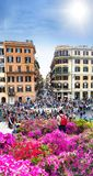 Touristen auf der Piazza von Spanien in Rom stockfotos