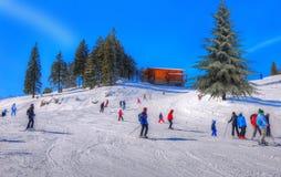 Touristen auf der Skisteigung in Brasov lizenzfreie stockbilder