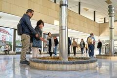 Touristen auf einem Brunnen in der Quellpunkt-Kolonnade stockfotos