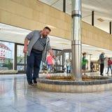 Touristen auf einem Brunnen in der Quellpunkt-Kolonnade in Karlovy Vary stockfotos