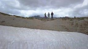Touristen auf einem Durchlauf in den Alpen stock video footage