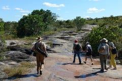 Touristen auf einem Gebirgsfluss Canio Cristales Lizenzfreies Stockbild