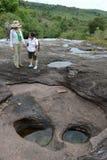 Touristen auf einem Gebirgsfluss Canio Cristales Stockfotografie
