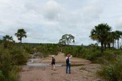 Touristen auf einem Gebirgsfluss Canio Cristales Lizenzfreie Stockfotos