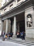 Touristen auf einem schrägen Quadrat vor dem galeria Uffizi Lizenzfreies Stockbild