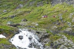Touristen auf einer Betrachtungsplattform nahe der Trollstigen-Straße zwischen den Bergen am 29. Juni 2016 in Geiranger, Norwegen Stockfotos