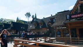 Touristen auf einer populären Krupowki-Straße in Zakopane Lizenzfreies Stockfoto