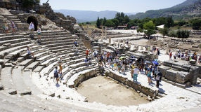 Touristen auf Exkursion zu Ephesus Stockfotos