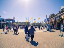 Touristen auf Fischer ` s Kai, Pier 39 im Sonnenlicht Stockfotos