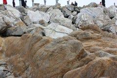 Touristen auf Flusssteinen und Felsen auf Ufern des Vogels schaukeln, Pebble Beach, 17 Meilen-Antrieb, Kalifornien, USA Lizenzfreies Stockfoto