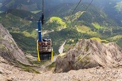Touristen auf Gondel in der Bergstation der Dachstein-Drahtseilbahn am 17. August 2017 in Ramsau morgens Dachstein, Österreich Stockfoto