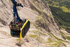 Touristen auf Gondel in der Bergstation der Dachstein-Drahtseilbahn am 17. August 2017 in Ramsau morgens Dachstein, Österreich Lizenzfreie Stockfotos